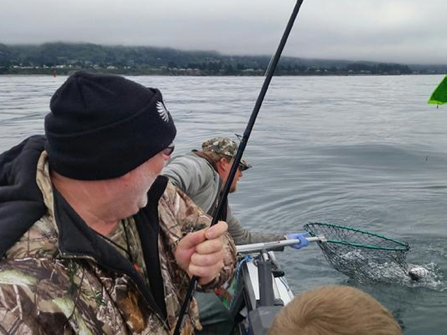 Salmon fishing off the coast of brookings oregon for Fishing brookings oregon